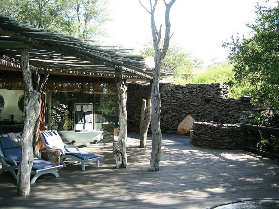 Singita Boulders Lodge: Outside deck with the outside shower area