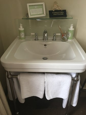 The Wheatsheaf Inn: Sink in the corner of the bedroom