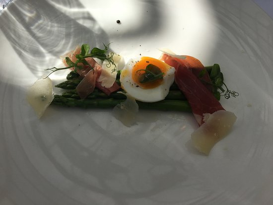North Kilworth, UK: Asparagus with parma ham and poached egg starter