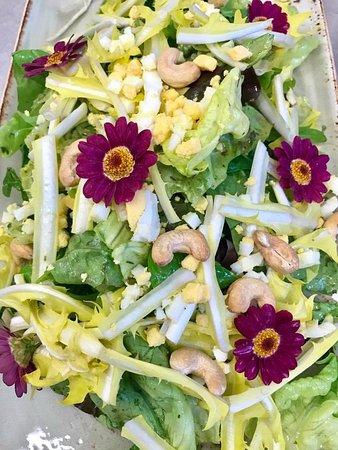 Ruschlikon, Zwitserland: Frühlingssalat auf der neuen Speisekarte vom April 17