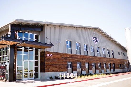 เตอร์ล็อก, แคลิฟอร์เนีย: Dust Bowl Brewing Co. Brewery Taproom at 3000 Fulkerth Rd. in Turlock, California.