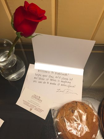 Old Edwards Inn and Spa: Welcome note, rose, and cookies.