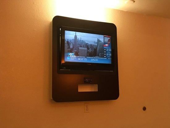 Motel 6 Baltimore - BWI Airport: Flatscreen TV on the wall