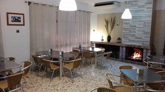 acogedor salon comedor con chimenea: fotografía de Bar cafeteria La ...