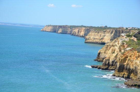 Carvoeiro, البرتغال: View of coastline