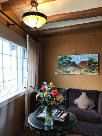 La Fonda on the Plaza: Sitting area with exposed beams