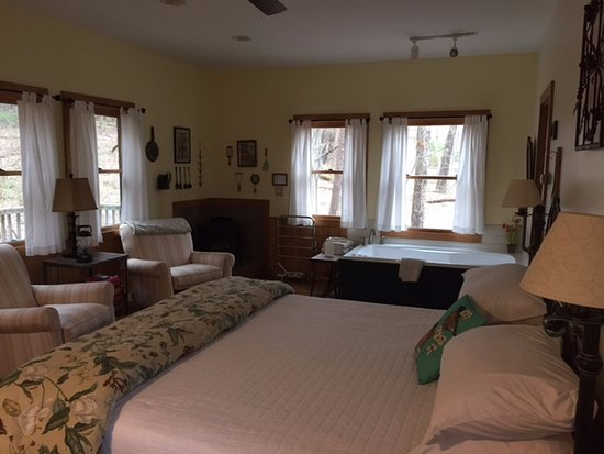 The Inn & Spa at Cedar Falls: Inside Larkspur