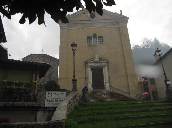 Garessio, İtalya: scalinata verso la chiesa
