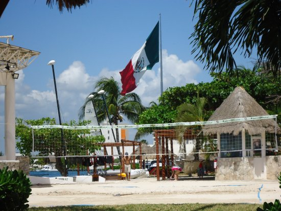 Sunset Marina Resort & Yacht Club: Admiring the flag!