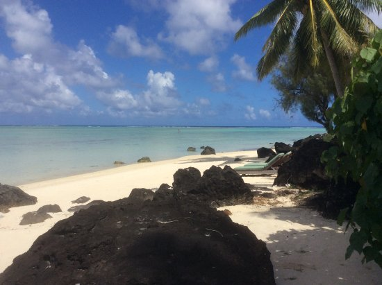 Pacific Resort Aitutaki: Schwarzes Lavagestein auf weißem Strand