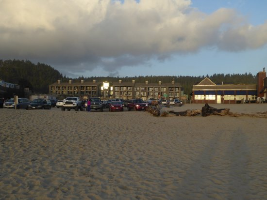 Pacific City, Oregón: View of the Inn from the beach.