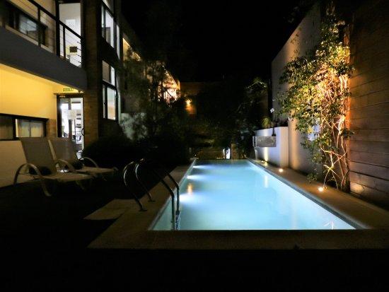 Una Vista Nocturna De La Pileta Fotografía De Posada