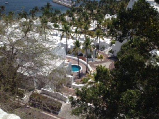 Manzanillo Bay: Hugo showed us a highend resort where people had their own pool.