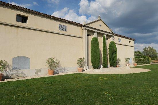 Puyloubier, France: 芝生が広がり気持ちいい