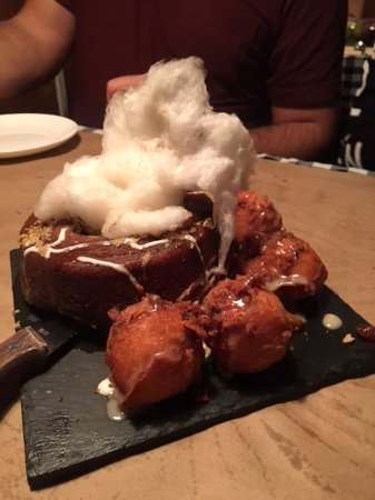 Saint-Faustin-Lac-Carre, Καναδάς: Sticky toffee pudding, the most delicious donuts ever, maple cotton candy and a yummy maple sauc