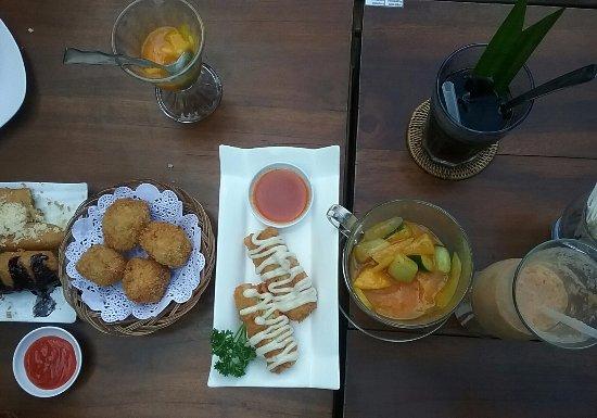 Recommended Food Pisang Goreng Cokelat Keju Tahu Goreng Cakwe Mayonaise Rujak Aceh Sawo Jui Picture Of Lady Batiq Medan Tripadvisor