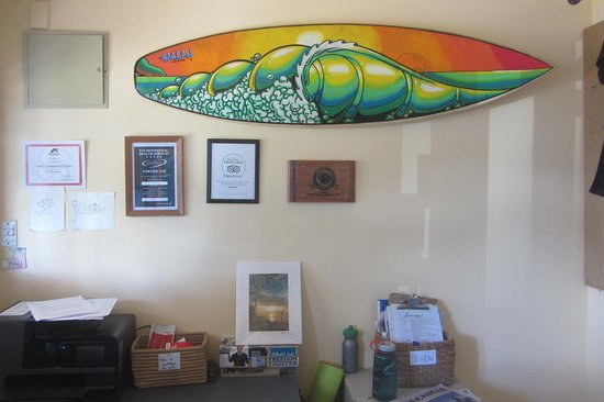 Raglan Backpackers and Waterfront Lodge: Reception desk