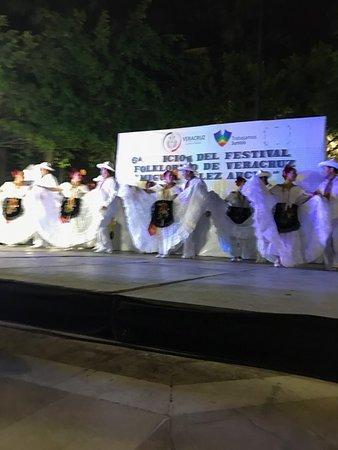 Plaza de Las Armas: bailes hermosos