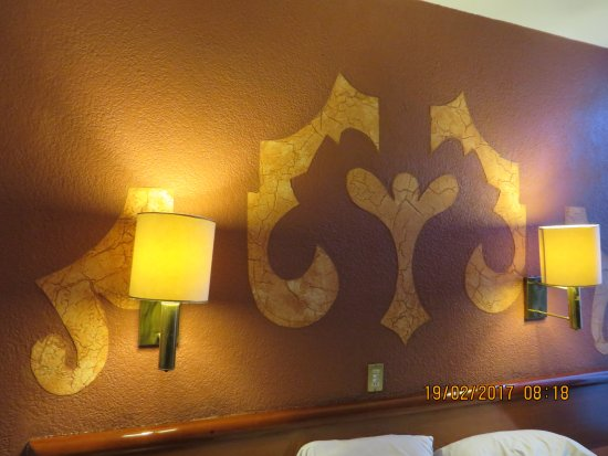 Hotel Colonial: Wooded motif on wall in our room
