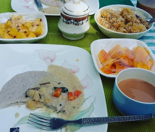 The Pamba Heritage Villa: Homecooked breakfast: Appam with coconut vegetable stew, jackfruit puttu, mangos & pineapple.