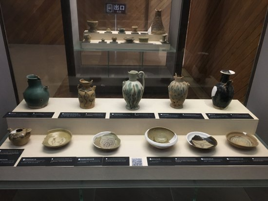 Wangcheng County, Çin: Some pots on display that were recovered