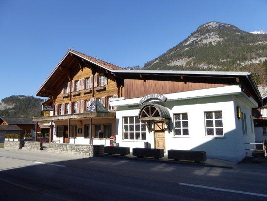 Innertkirchen, Schweiz: Eingang zum Hotel und zur Bar.