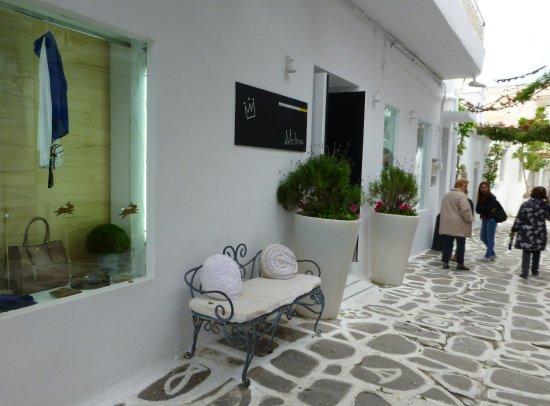 Parikia, Greece: 簡約又富美感的店家櫥窗