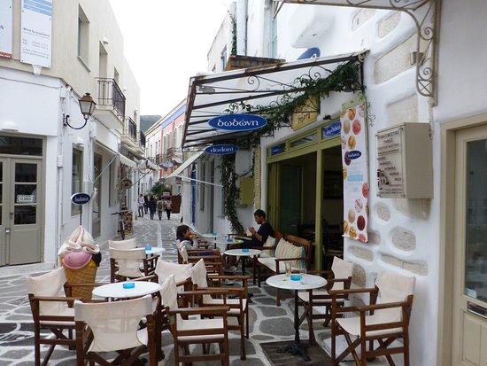 Parikia, Greece: 小廣場與咖啡座