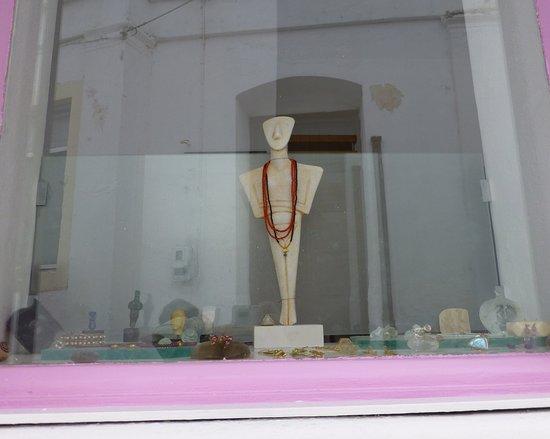 Parikia, Greece: 櫥窗內以基克拉澤考古發現的大理石像為主題