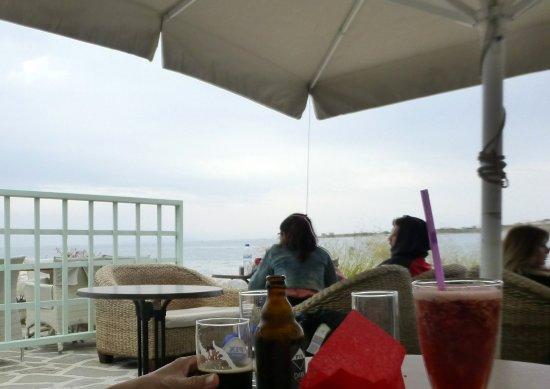 Παροικιά, Ελλάδα: 濱海的咖啡座與看海的遊人