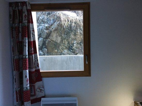 Vaujany, Frankrike: depuis la chambre : vue rapprochée sur la montagne !