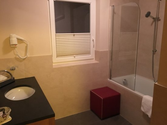 Enzian Hotel: nice modern bathroom