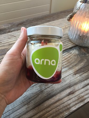 Seltjarnarnes, Iceland: Greek lactose free yogurt from Arna with chia seeds, oats and cherry sauce