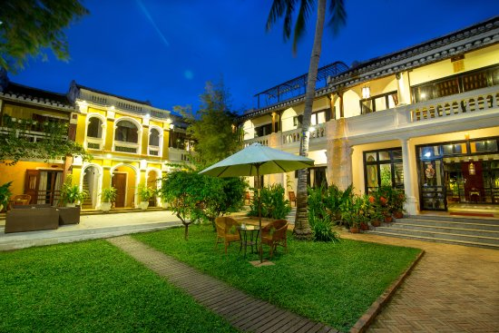 Ha An Hotel: Garden by night