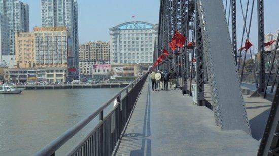 Rising International Zhonglian Hotel: 鴨緑江断橋から、ホテルを望む