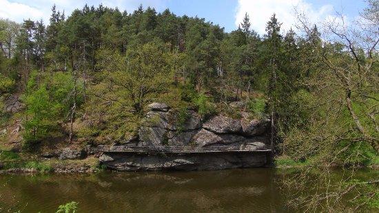 Bechyne, República Checa: Židova strouha - pohled přes řeku na stezku kolem řeky