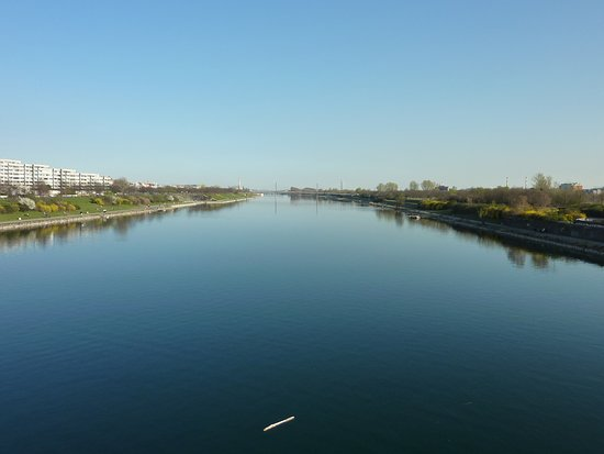 Donauinsel: Cloudless sky made Danube look blue.