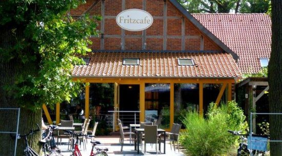 Leiferde, Germany: Der Außenbereich des Fritzcafés im Sommer unter hunderjährigen Eichen.