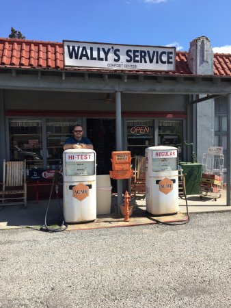 Mount Airy, NC: Wally' Service Station