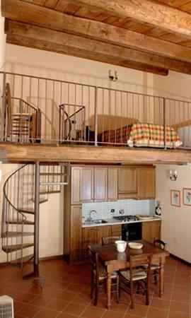 soggiorno con cucina e scala a chiocciola per soppalco - Foto di ...