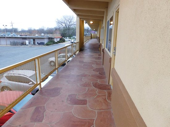 Lawrence, KS: Walkway to our room