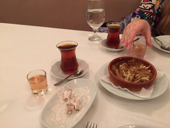Giritli Istanbul : Dessert, tea and home-made cherry liqueur