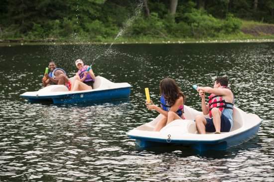 Pocono Palace Resort: Paddle Boats on Echo Lake