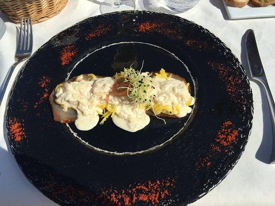 Chez Philippe : queues de crevettes sur julienne de mangue verte marlin fumé et sauce mousseuse