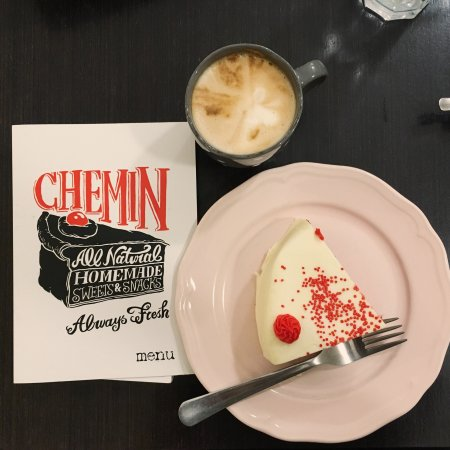Chemin Bistro Cafe : A red velvet with cappuccino latte