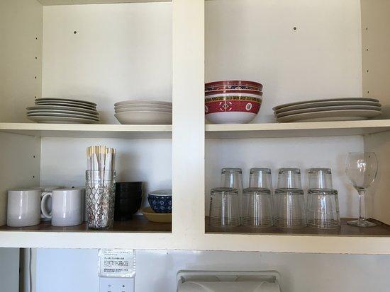 Unipack at the Waikiki Park Heights : 食器など、割り箸も有り。