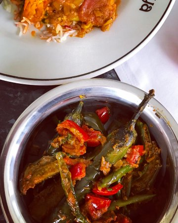 Indiya: Amazing brinjal bhaji, slow cooked with baby aubergines ...and a few red chillies