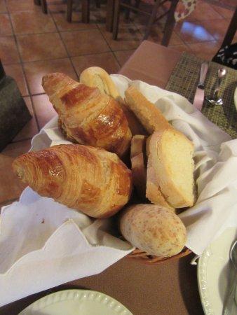Hotel Irigoienea : Desayuno..... cesta con pan y croissants... deliciosos.... luego hay buffet libre
