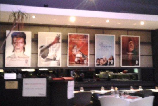 mur d 39 affiches de concerts picture of cafe des concerts paris tripadvisor. Black Bedroom Furniture Sets. Home Design Ideas