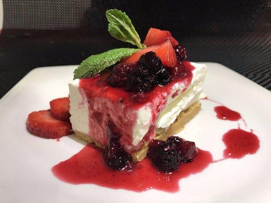 Restaurante Ezkaurre: Los postres no tienen desperdicio, también pedimos una fresas con nata muy buenas